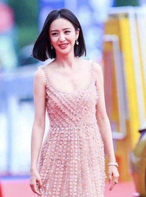 Diễn viên Đồng Lệ Á nổi bật nhất thảm đỏ hôm qua với nhan sắc xinh đẹp dù kiểu tóc hay đầm dạ hội đều đơn giản.