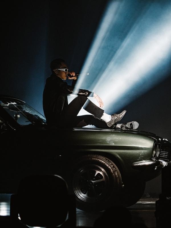 Tối 28/7, ca sĩ Sơn Tùng tổ chứcsự kiện âm nhạc Sky tour 2019 tại TP HCM. Nam ca sĩkhiếnkhán giảbùng nổ khi tiến ra sân khấu trên một chiếc xe hơi, gửi lời chàobằng một đoạn rap ngẫu hứng trên nền nhạc sôi động.