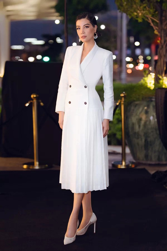 Thiết kế trắng tinh khôi, dập ly nhẹ nhàng đem tới cho cựu người mẫu Vũ Cẩm Nhung hình ảnh thanh lịch.