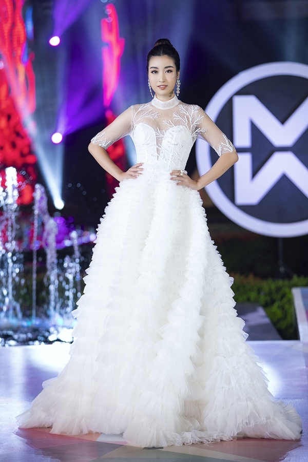 Là đại sứ hình ảnh cuộc thi, Hoa hậu Đỗ Mỹ Linh cũng tham gia trình diễn. Chiếc váy bồng bềnh được người đẹp xử lý chuyên nghiệp trên đường băng dài bởi cô có nhiều kinh nghiệm catwalk.
