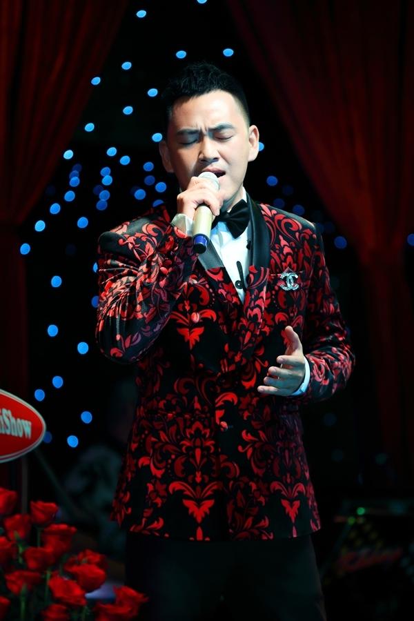 Trọng Hải - giải Đồng Thần tượng bolero 2019 trình diễn trên sân khấu. Anhcũng là thành viên của đội Quang Lê - Tố My.