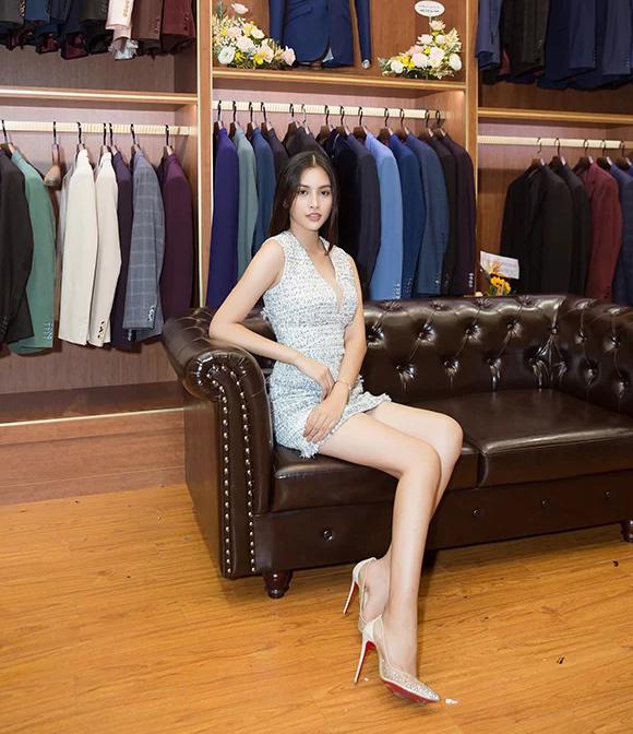 Hoa hậu Tiểu Vy khoe được lợi thế chân dài khi diện váy ngắn trẻ trung tới chúc mừng Ngọc Hân khai trương cửa hàng thời trang.