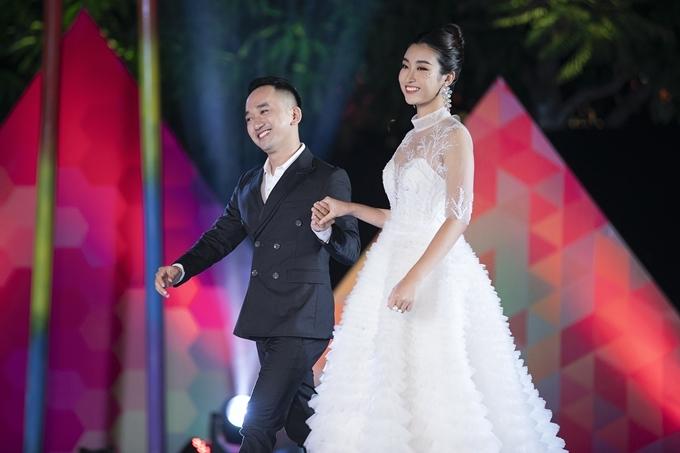 Mỹ Linh nắm tay nhà thiết kế Lê Ngọc Lâm chào khán giả.