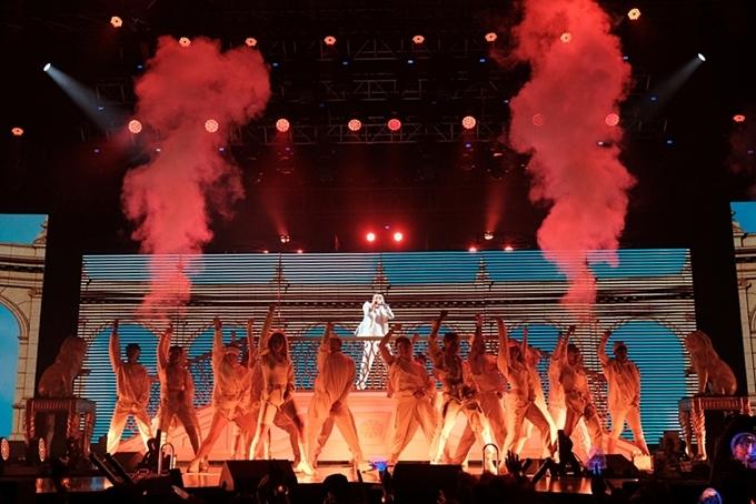 Trong đêm nhạc, Sơn Tùng lần đầu mang MV Hãy trao cho anh lên sân khấu. Anhđầu tư tái hiện khung cảnh cung điện xa hoa giốngtrong sản phẩm.