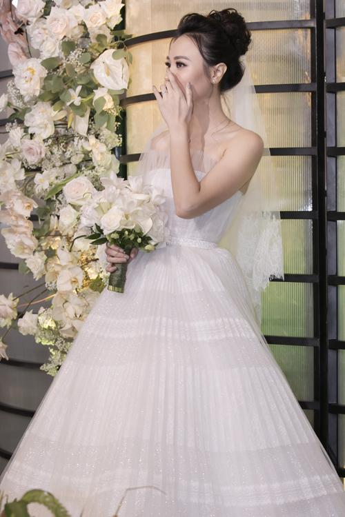 Bó hoa đầu tiên mà anh thực hiện cho cô dâu Đàm Thu Trang để tiếp đón khách tại sảnh tiệc mang sắc trắng tinh khôi, là sự kết hợp của hoa mẫu đơn, hoa loa kèn và hoa tulip. Sở dĩ chọn lựa các loại hoa này vìmẫu đơn là loài hoa mà cô dâu yêu thích nhất, còn tulip là hoa mà chú rể Cường Đôla ưa chuộng. Sự kết hợp hai sở thích của cặp vợ chồng trong một bó hoa cưới chứa đựng thông điệp về sự hòa hợp, mong ước lứa đôi gắn kết bền chặt.