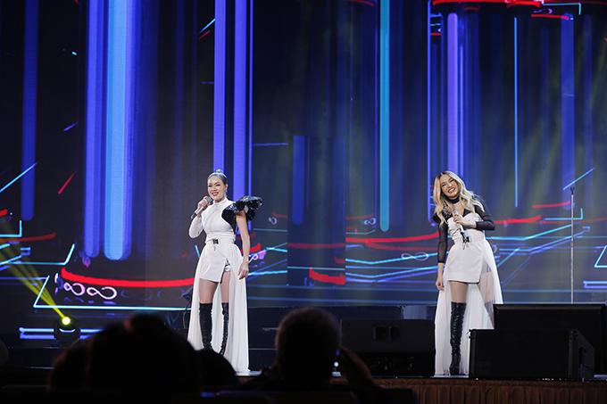NEW & JIEW, hai cô gái đến từ Thái Lan làm bùng nổ sân khấu với bản mashup Bài hát của chúng ta - Nếu đã không yêu. Đây là nhóm nhạc nữ duy nhất của chương trình.
