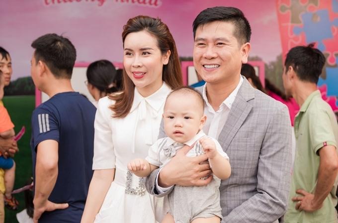 Nhạc sĩ Hồ Hoài Anh bế trên tay một khán giả nhí để gia đình cháu bé lưu lại khoảnh khắc kỷ niệm.
