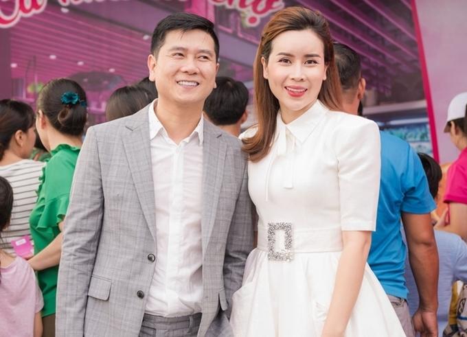 Bà xã nhạc sĩ Hồ Hoài Anh cho biết nhân dịp các con nghỉ hè, côvà chồng có nhiều thời gian bên nhau, cùng tham gia các sự kiện và xem phim Về nhà đi con vào buổi tối.