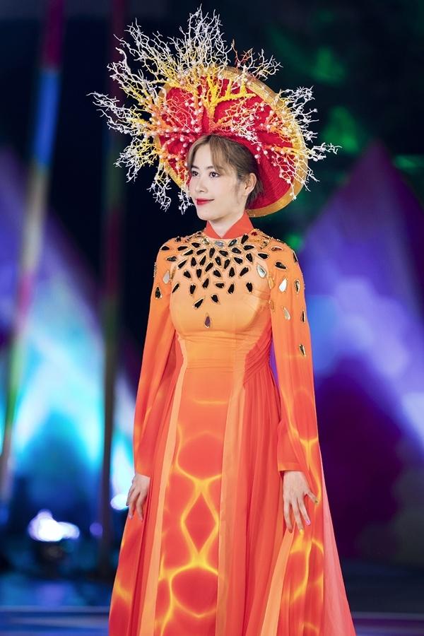 Nam Em trình diễn một thiết kế thuộc ộ sưu tập Nhân Ngưđến từ NTK Ngô Nhật Huy