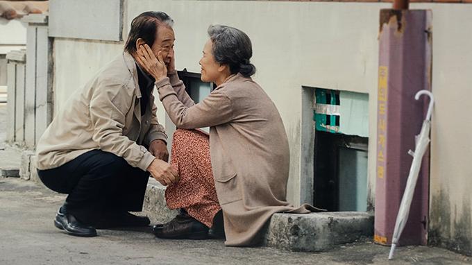 Đôi vợ chồng già tự chăm sóc nhau khi bệnh tật.