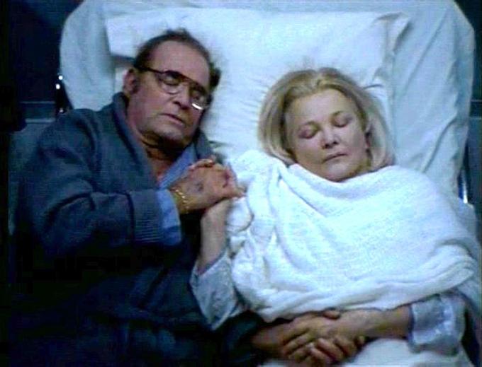 Ông Noah nằm cạnh vợ, nắm tay bà khi bà bị bệnh.