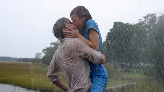 Noah và Allie hôn nhau say đắm dưới mưa.