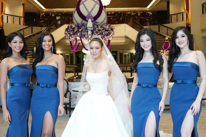 HHen Niê (bìa trái) làm phù dâu cho Hoa hậu Thái Lan (ở giữa). Bên cạnhHHen Niê làcác Hoa hậu Indonesia - Sonia Fergina Citra, Hoa hậu Trung Quốc - Tần Mỹ Tô, Hoa hậu Nam Phi - Tamaryn Green (Á hậu 1 Hoa hậu Hoàn vũ Thế giới2018) đều đóng vai trò phù dâu cho Sophida. Các cô gái đáp chuyến bay tới Bangkok vào chiều tối 26/7.
