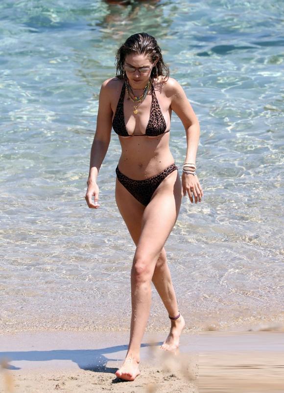 Gigi Hadid sinh năm 1995, nhiều năm vào top 10 người mẫu có thu nhập cao nhất thế giới. Cô từng có mối tình ồn ào với ca sĩ Anh, Zayn Malik.
