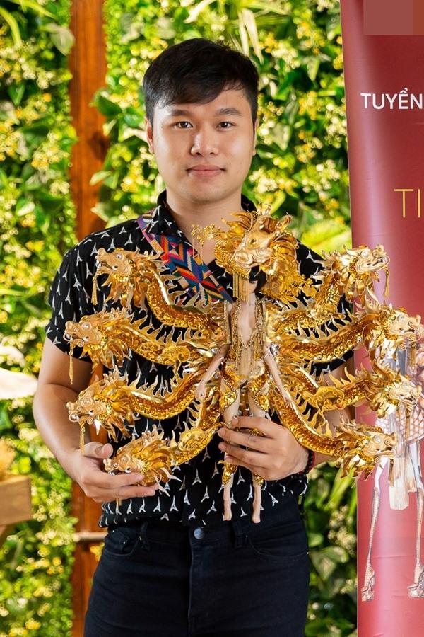 Tác giả Hoàng Hữu Kha đã nghiên cứu rất kỹ về chất liệu và bảo đảm không gây sức nặng cho Hoàng Thùy khi khoác bộ trang phục này lên người.