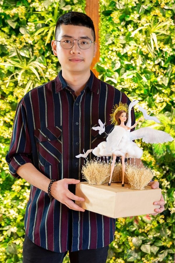 Tác giả Nguyễn Đức Liêm cũng thuyết phục hội đồng giám khảo khi đảm bảo bộ trang phục không gây khó khăn khi di chuyển, cũng như thuận tiện cho việc đóng gói khi mang đến Miss Universe.