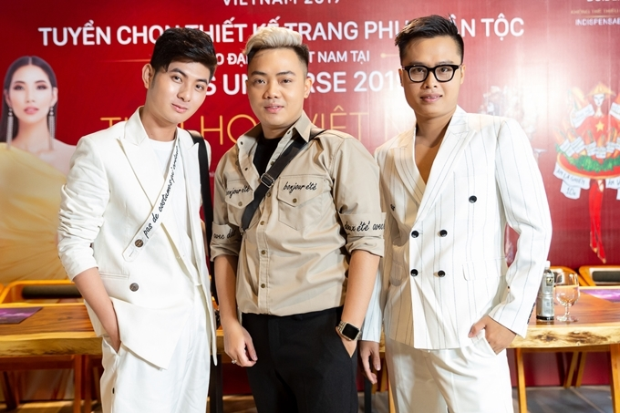 Cuộc thi năm nay được đổi mới khi có sự tham gia của ba cố vấn: NTK Nguyễn Minh Công,