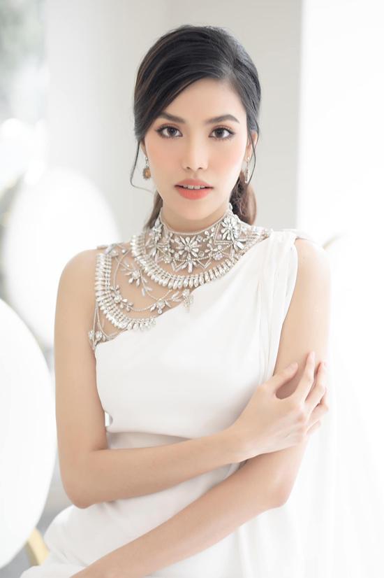 Cùng với các mẫu váy dạ tiệc dáng suông, Lan Khuê còn khá tôn sùng sắc trắng. Đây là tông màu có khả năng vượt trội trong việc mang lại nét thanh nhã, nhẹ nhang cho người mặc.