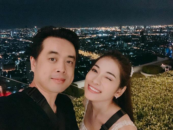 Chuỗi ngày honeymoon của đôi uyên ương mới cưới Dương Khắc Linh - Sara Lưu vẫn kéo dài bất tận. Tháng 7, hai người lại tiếp tục đi Thái Lan cùng gia đình, lên quán bar Lebua nổi tiếng và dành cho nhau nụ hôn ngọt ngào.
