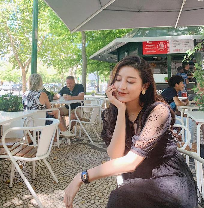 Huyền My cùng bố mẹ và em traidu lịch ở Lisbon, Bồ Đào Nha nhưng cô than thở những chiếc ảnh đầu tiên ở Bồ mà như ở BờHồ.