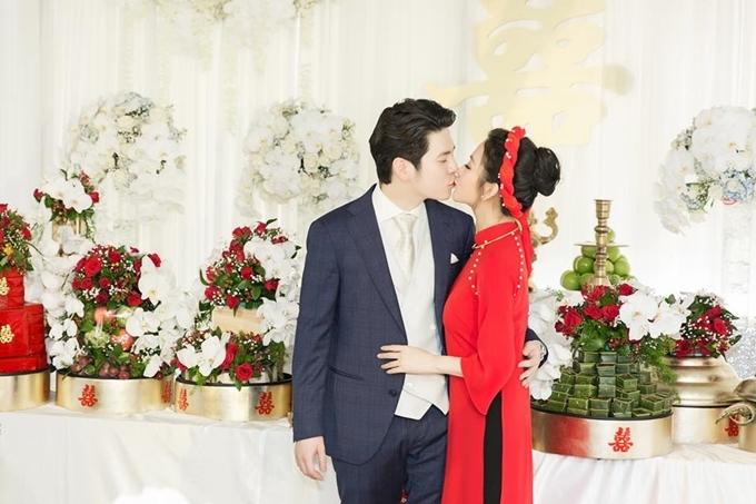 Mai Hồ và ông xã Việt kiều chính thức yêu nhau hồi tháng 09/2015, sau đó làm đám hỏi vào tháng 2/2018. Mai từng trải qua một cuộc hôn nhân và có con trai riêng. Cô hoạt động trong làng giải trí với vai trò người mẫu, diễn viên, khách mời gameshow trước khi theo chồng sang Đức định cư.
