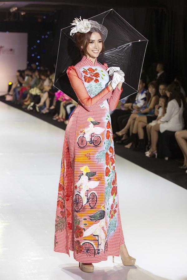 Phan Thị Mơ diễn sưu tập áo dàiHương sắc miền Nam của Tommy Nguyễn.