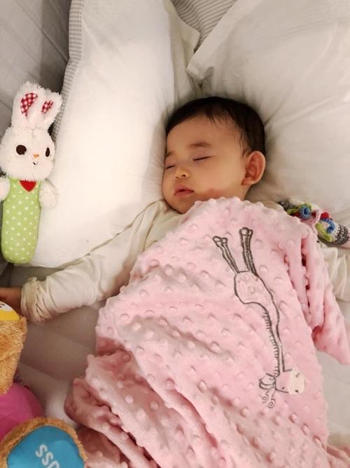 Cô yêu thích cuộc sống bỉm sữa tới mức ngập tràn trang cá nhân của Mai là hình ảnh con ăn, ngủ, khóc, cười.Mai Vi được mẹ đặt nhiều biệt danh dựa trên tính cách và ngoại hình của bé như búp bê siêu quậy, em bé hai sừng...