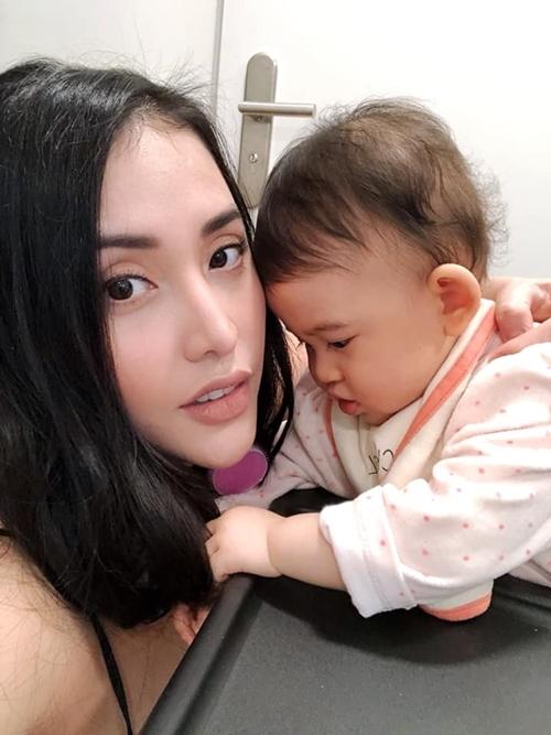 Giống như những bà mẹ khác, Mai Hồ mê khoe con và thích thú với từng mốc phát triển của bé.