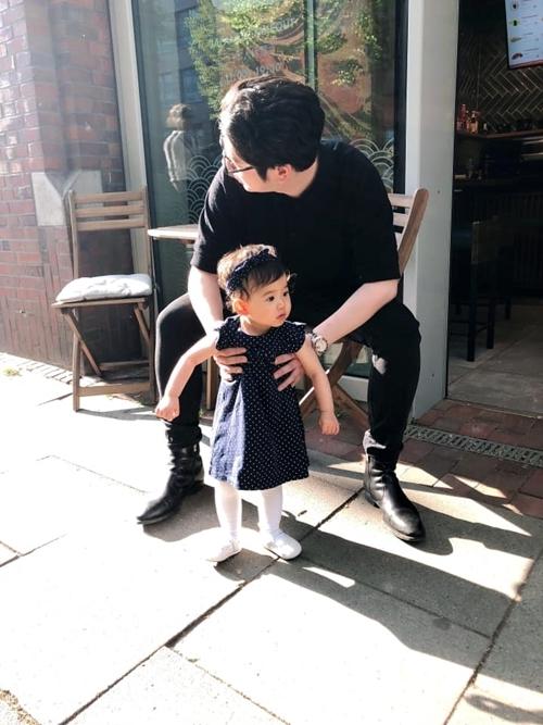 Cựu người mẫu ít nói về chồng nhưng thường chia sẻ hình ảnh anh chăm sóc con gái.