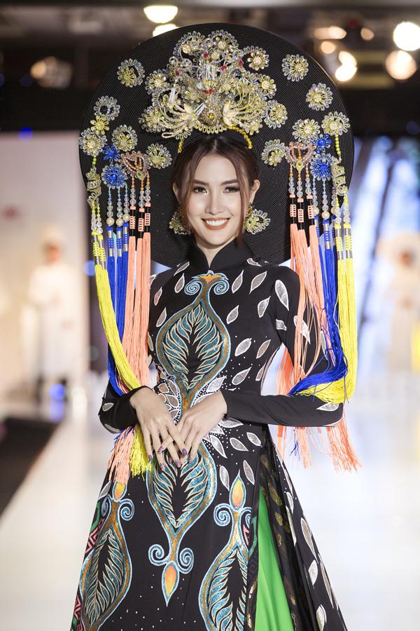 Người đẹp quê Tiền Giang chia sẻ, cô đang bị cảm sốt nhưng vẫn cố gắng tham gia show này vì không muốn thất hứa với nhà thiết kế.