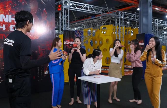 Không được báo trước về sự có mặt của chồng cũ, Trương Quỳnh Anh khá bối rối. Các đồng nghiệp của cô thích thú cười nghiêng ngả với tình huống này.
