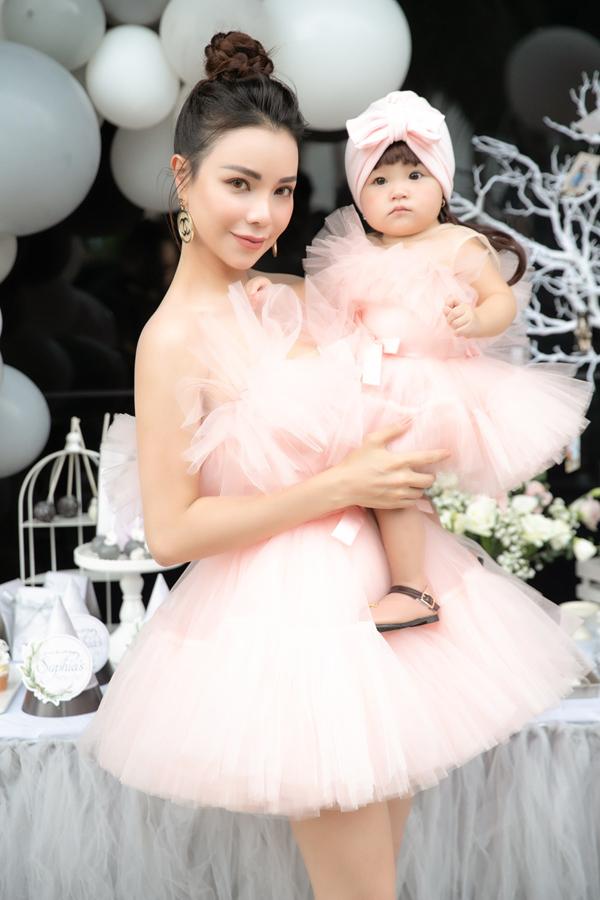 Trà Ngọc Hằng lần đầu cho con gái cưng lộ diện. Hai mẹ con nữ ca sĩ mặc váy đôi điệu đà tại tiệc thôi nôi của bé Sophia tổ chức ở TP HCM.