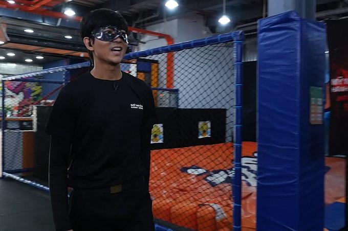 Ca sĩ Tim đeo mặt nạ đến buổi ghi hình. Anh được mời đàm nhiệm vị trí host dẫn dắt Mỹ nhân hành động.