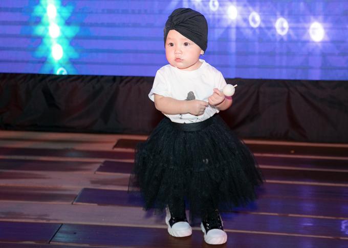 Con gái người đẹp quê Cà Mau có ngoại hình bụ bẫm, đáng yêu. Trà Ngọc Hằng giấu danh tính bố của em bé. Nhiều người nhận xét bé Sophia giống con lai.