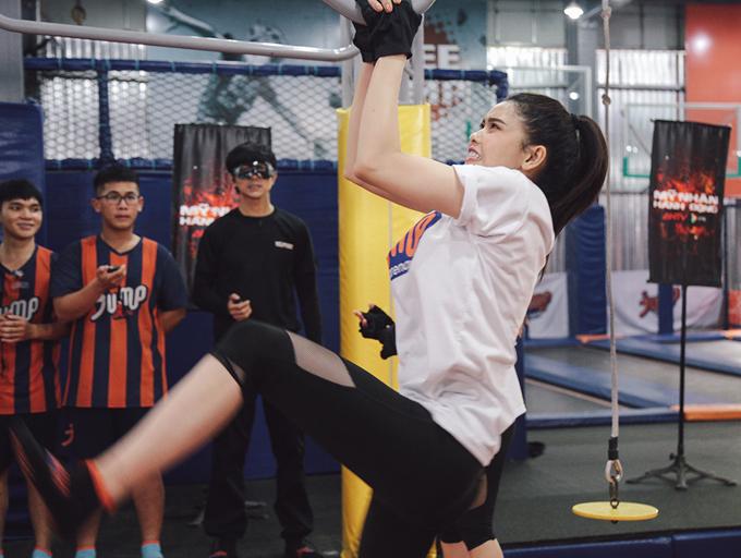 Sau phút bất ngờ, Trương Quỳnh Anh cố gắng ổn định tâm lý để vượt qua các thử thách. Tim đứng ngoài cổ vũ cô và dàn thí sinh.