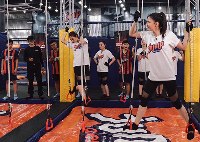 Các cô gái tập luyện di chuyển trên những sợi dây treo lủng lẳng.