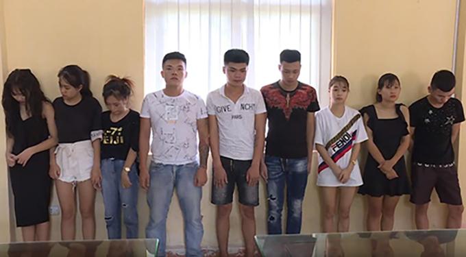 Nhóm thanh niên bị bắt quả tang.