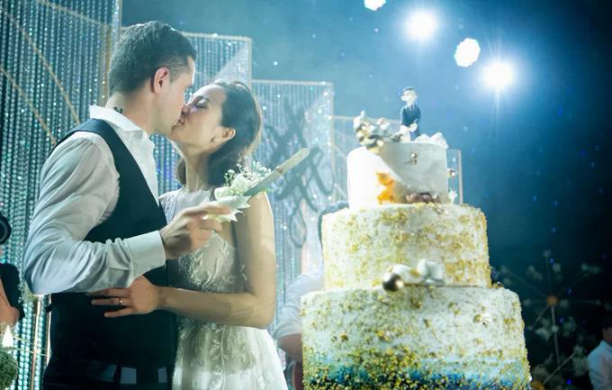 Vợ chồng Phương Mai đắm say trong đám cưới hôm 15/6.