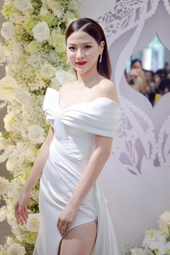 Nữ chính Chiếc lá cuốn bay mặc đa phong cách với sắc trắng