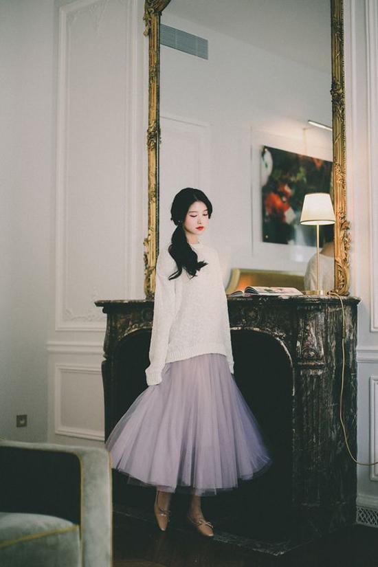 Công thức mix áo dệt klim dáng rộng cùng các kiểu váy xòe rất dễ áo dụng. Nhưng set đồ này phù hợp với các cô nàng có vóc dáng mảnh dẻ, bởi váy tuyn phồng, áo len dễ tạo cảm giác tròn trĩnh cho hình thể.