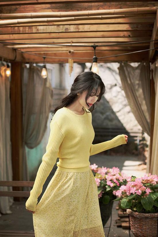 Đầm chiffon vàng ton-sur-ton cùng áo len mỏng. Mặc nhiều lớp trang phục nhưng phái đẹp vẫn có được nét thanh mảnh khi phối váy sát nách, đầm tay lỡ cùng áo ấm.