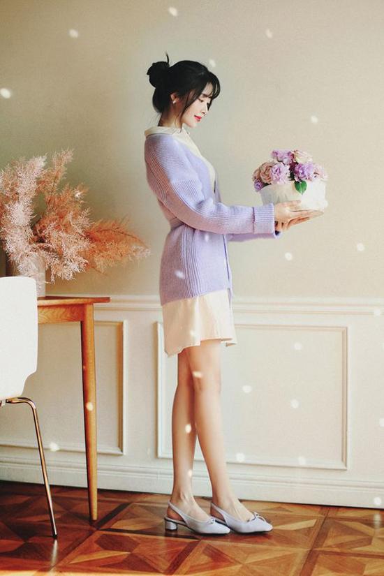 Tông màu thanh nhã của váy trắng và áo khoác tím dành cho các nàng yêu sự lãng mạn và thích tông màu dịu mắt.