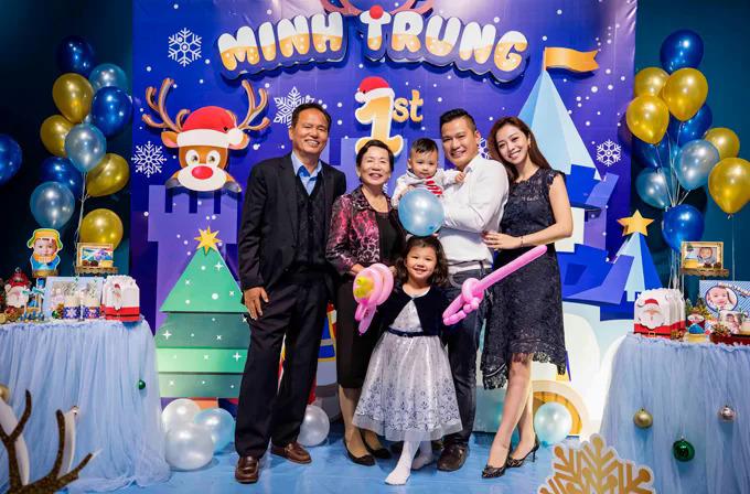 Hôm 23/12/2017, vợ chồng Jennifer Phạm - doanh nhân Đức Hải tổ chức sinh nhật hoành tráng mừng con trai thứ 2 tròn 1 tuổi.Bố mẹ chồng của người đẹp cũng bay từ TP HCM ra Hà Nội để mừng sinh nhật cháu nội.