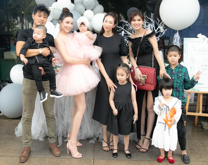 Hoa hậu Oanh Yến xuất hiện bên các con. Cô vui khi có dịp hội ngộ hội bà mẹ bỉm sữa showbiz.