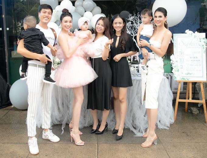 Người mẫu Đức Long (ngoài cùng bên trái), diễn viên Thanh Trúc (váy đen ngắn) và nhiều bạn bè ủng hộ Trà Ngọc Hằng công khai con gái.
