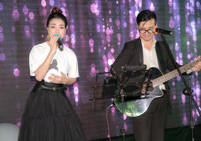 Trà Ngọc Hằng thể hiện một ca khúc về tình mẫu tử trong ngày sinh nhật đầu tiên của bé Sophia.