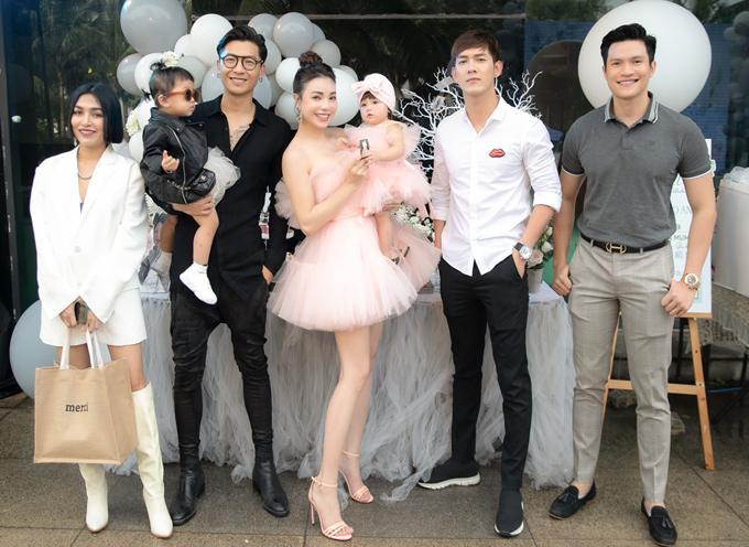 Người mẫu Trần Trung bế con gái đi sự kiện này.