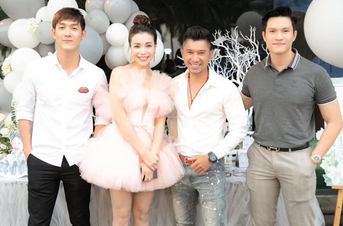 Nhạc sĩ Lương Bằng Quang (thứ ba từ trái qua) cười tươi chụp ảnh với Trà Ngọc Hằng, Song Luân và Minh Anh.