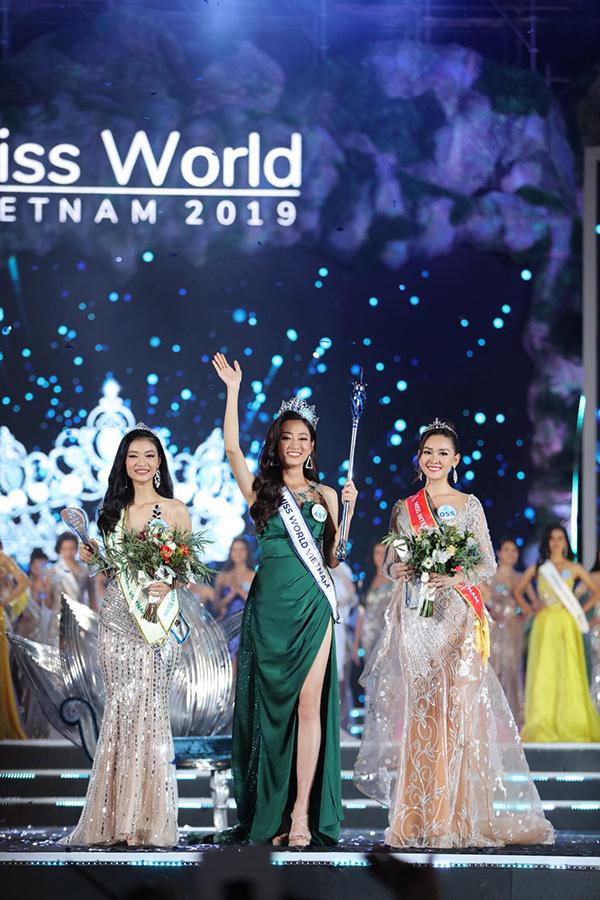 Hoa hậu cùng 2 Á hậu - Nguyễn Tường San (phải) và Nguyễn Hà Kiều Loan.