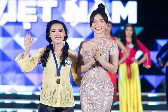 Phan Cẩm Nhi được Á hậu Phương Nga trao giải Vũ điệu Việt Nam và vào thẳng top 25 từ đầu chương trình.